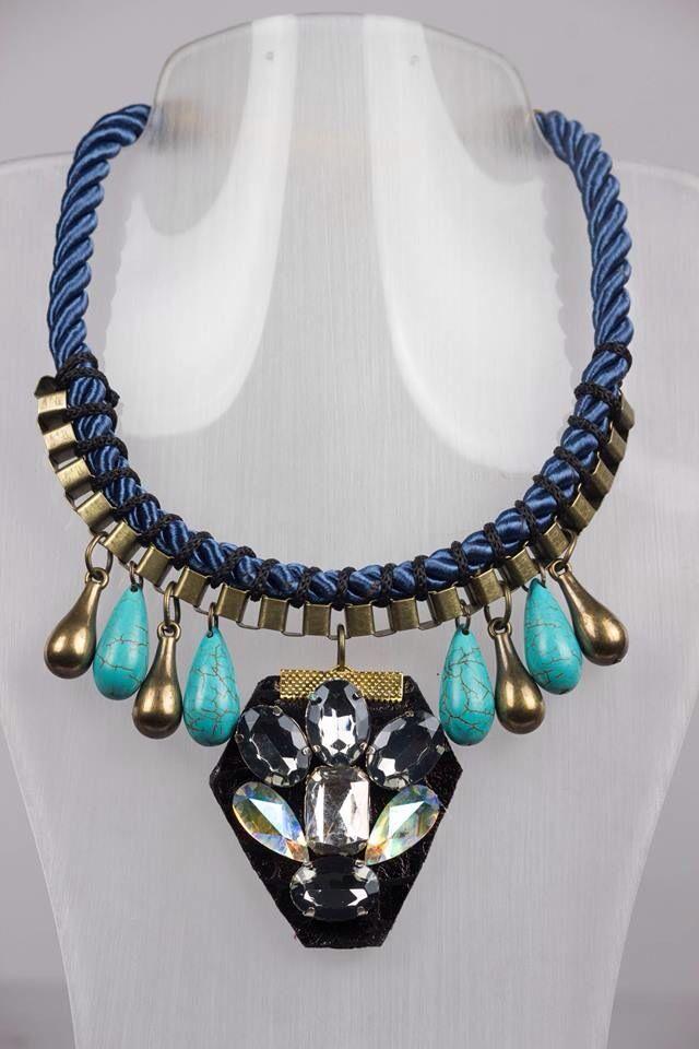 Collar diamond blue