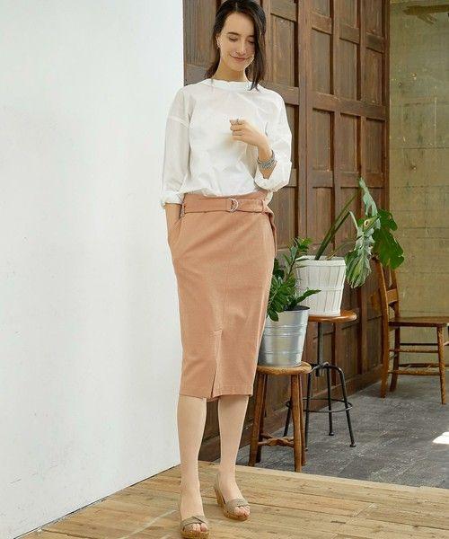 --green label relaxing | KC R/N ベルトツキ スカート-- ◆オンオフ問わず活躍♪きれいめデザインのタイトスカート◆ 適度な張り感が特徴のカットソー素材でタイトスカートをデザインしました。ハイウエスト&フロントのロングスリットデザインが大人な雰囲気♪また上品な表情の素材は、オンオフ問わず活躍します。お手持ちのアイテムとのスタイリングはもちろん、同素材のプルオーバーを合わせたセットアップとしての着こなしもおすすめです。こちらは同シリーズでプルオーバー(品番:3612-699-1516)もございます。※照明の関係により、実際よりもやや明るく見える場合がございます。またパソコンなどの環境により、若干製品と画像のカラーが異なる場合もございます。予めご了承ください。店舗へお問い合わせの際は、全国のgreen label relaxing 各店舗まで下記の品名/品番をお申し付け下さい。 品名:KC R/N ベルトツキ SK 品番:3624-699-1292