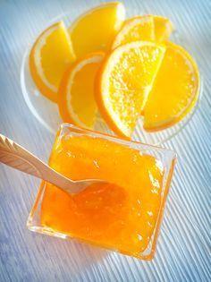 Sabahları portakal kokusuyla uyanmak hoş olmaz mıydı? Cevabınızı bilmiyoruz ama canlandırıcı olacağı ve kış sabahlarında kahvaltıya hafif ekşi tadıyla hem vitamin yoğun hem de güneş gibi tatlı bir turuncuyla başlamak güzel olurdu. İşte sabahlara turuncusuyla ışık saçan bir reçel tarifi: Portakal Reçeli