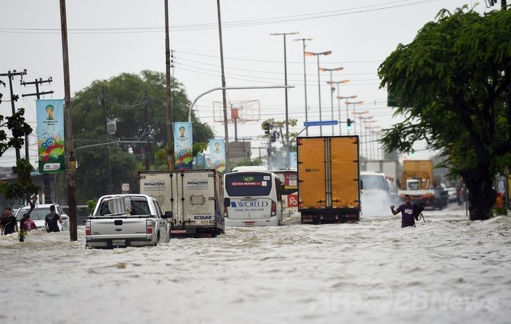 W杯ブラジル大会(2014 World Cup)グループGのドイツ対米国の試合が行われたブラジル北東部レシフェ(Recife)で、豪雨のため冠水した道路(2014年6月26日撮影)。(c)AFP/Emmanuel DUNAND ▼27Jun2014AFP|ブラジル・レシフェで豪雨による洪水、W杯ドイツ対米国戦の直前 http://www.afpbb.com/articles/-/3018976 #Recife #Flood