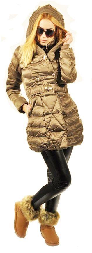 Geaca Dama Bronze  -Geaca dama din fas, cu buzunare laterale, matlasata.  -Gluga matlasata, nedetasabila, cu insertie din tricot in partea din fata.  -Se inchide cu fermoar si capse. Inclusa curea elastica.     Lungime: 83cm  Latime Talie: 42cm  Compozitie: 100%Poliester