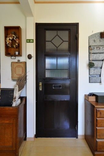 アンティーク風にリメイクしたリビングのドア。郵便ポストまで取り付けるこだわりよう。