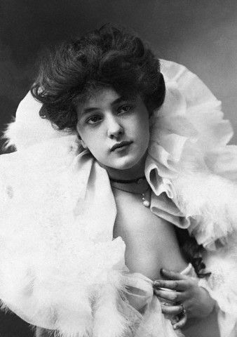 "Florence Evelyn Nesbit, known professionally as Evelyn Nesbit, was a popular American chorus girl and artists' model whose liaison with renowned architect Stanford White immortalized her as ""The Girl in the Red Velvet Swing.The film relates the fictionalized story of Evelyn Nesbit who became embroiled in the scandal surrounding the June 1906 murder of her former lover, architect Stanford White, by her husband, rail and coal tycoon Harry Kendall Thaw.~Historical People & Events~"