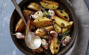 Cartofii cu usturoi și verdeață sunt garnitura perfectă. Sunt atât de buni, încât pot fi mâncați și ca fel principal!
