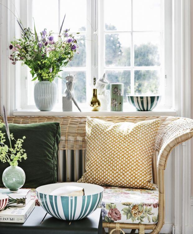 Lad poesien blomstre i din vindueskarm. Miks grønne og hvide vaser med de grafiske skåle fra Cathrineholm!