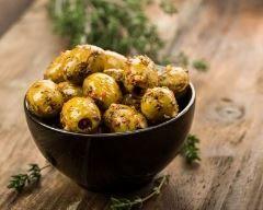 Olives marinées aux herbes : http://www.cuisineaz.com/recettes/olives-marinees-aux-herbes-82458.aspx
