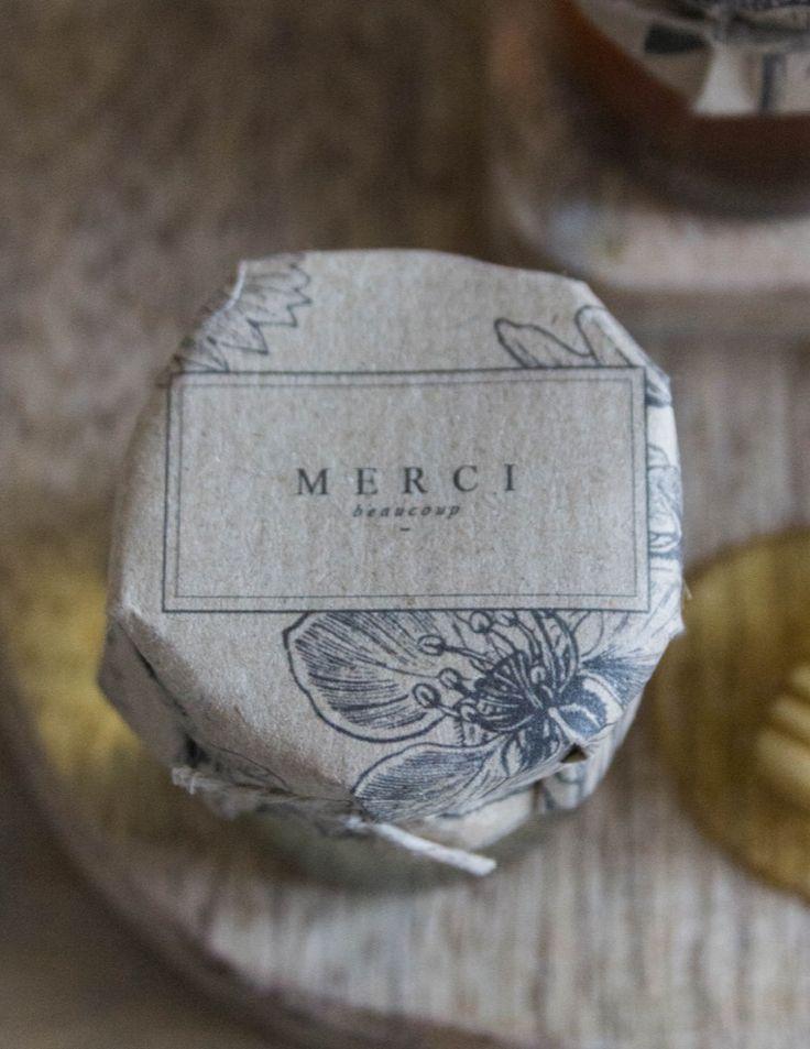 Offrir des petits pots de miel à ses invités - DiY mariage - Etiquettes à télécharger gratuitement sur le blog mariage www.lamarieeauxpiedsnus.com | la mariee aux pieds nus