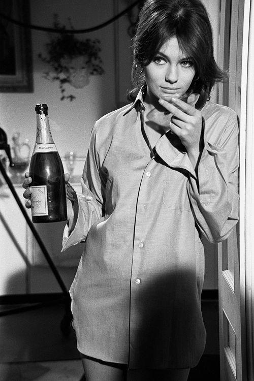 Jacqueline Bisset fotografiada por Terry O'Neill en 1966. Con una botella de champagne y una camisa de hombre. Pues eso.