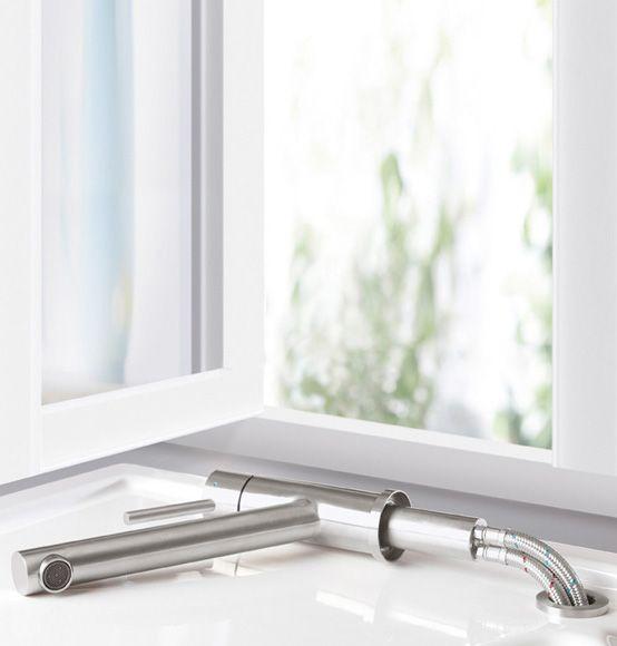 Villeroy & Boch Como Window: Die Einhand-Spültischbatterie aus Edelstahl ermöglicht eine Vorfenstermontage. #küche #kueche #armatur #küchenarmatur #wasserhahn #wasserlauf #hände #händewaschen #hebel #spülen #villeroyboch #villeroy #boch #como #window #fenster #vorfenstermontage #edelstahl #reuter #reuterde