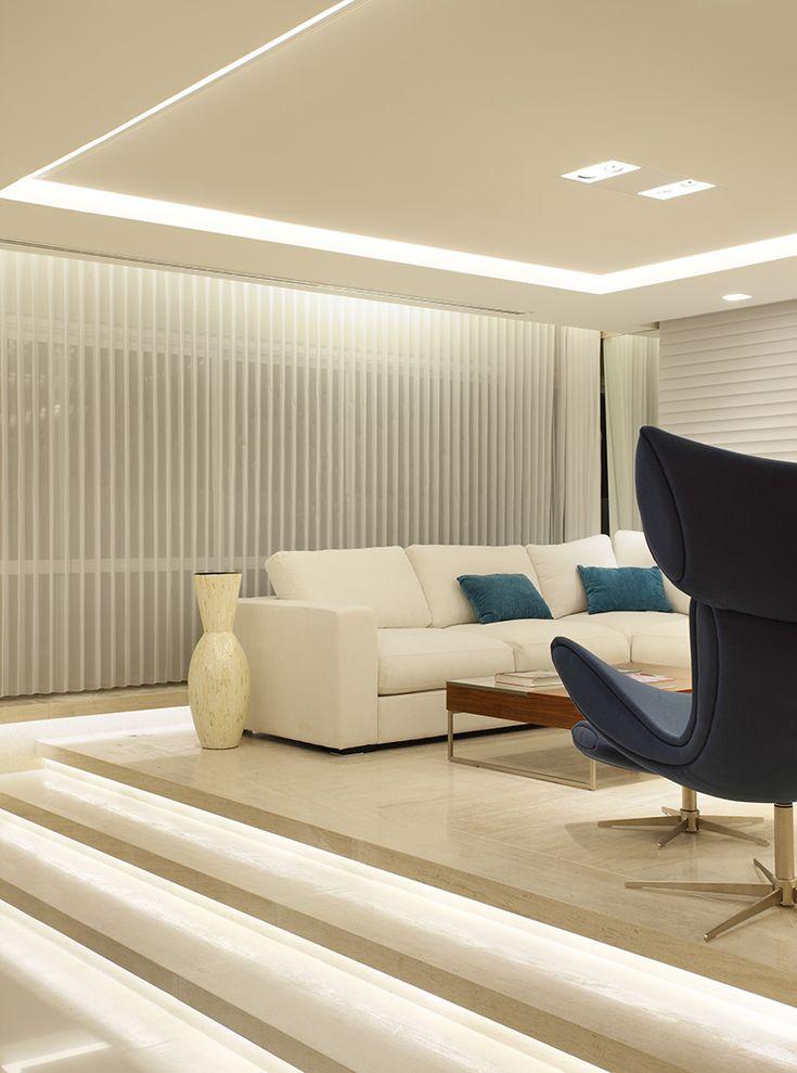 Os rasgos nos tetos das salas e cozinhas foram iluminados com fluorescente tubular T5 com reator dimerizável – lâmpadas de 14W e 28W com temperatura de cor 3000K. Destaque para a charmosa escada da sala, que ganhou fitas de LED com 7,2w/m.