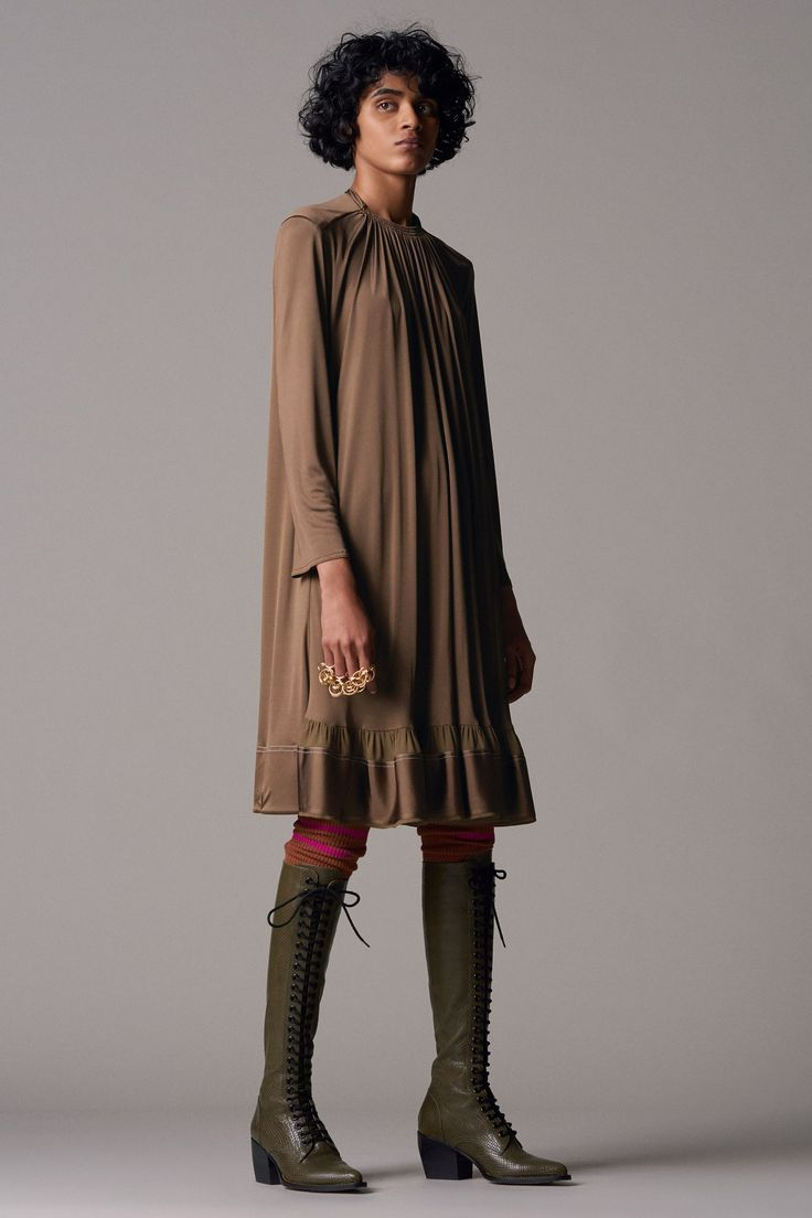 See the complete Chloé Pre-Fall 2018 collection.