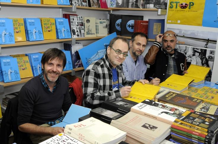 Firma de libros en la 48 Feria del libro de Valencia