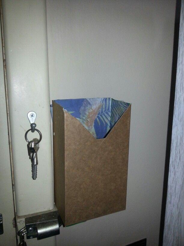 Cajita de correo. Desarmé una caja de café molido, le recorté esa parte y le pegué un papel colorido sobre el lado que era el exterior. Luego la volví a montar pero de dentro hacia afuera. Listo, gratis, deshechable cuando me mude, práctico y vistoso.
