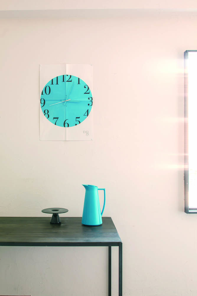 「Time paper」 A combination of virtually weightless paper and a solid timekeeping movement results in an unexpected style of clock. Can be hung like a poster for a touch of functional decoration. http://db-shop.jp/products/list.php?category_id=4