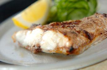 グリルを温めておく事で、中はふんわり、外はパリッとした食感の塩焼きになります。