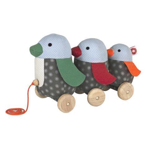 Gioco trainabile con 3 pinguini: papà, mamma e figlio  http://www.gioconaturalmente.it/prodotto/trainabile-pinguino-georg/