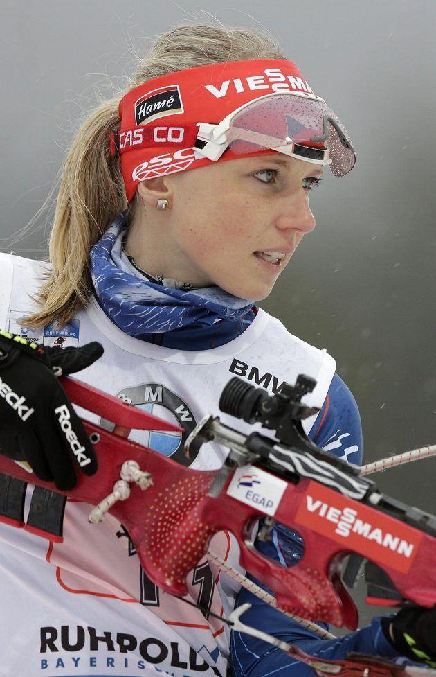 Česká biatlonistka Eva Puskarčíková se chystá na střelbu vestoje.
