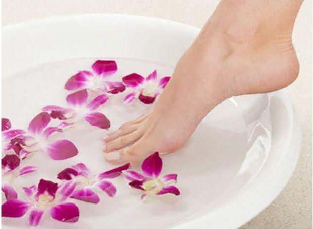 Çatlamış Topuklar İçin…Yağ ile Masaj    Bu çatlak topuklar hatta kolayca çatlatabilecek kuru topuklar için evde yapabileceğiniz en kolay tedavidir. Susam yağı, hindistancevizi yağı ile yatmadan önce masaj yapın.