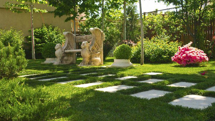 Portofoliu cu imagini al unei gradini clasice din Bucuresti, un proiect al biroului de peisagistica CMD Design. Gradina este amenajata cu alei din piatra, plante si flori.