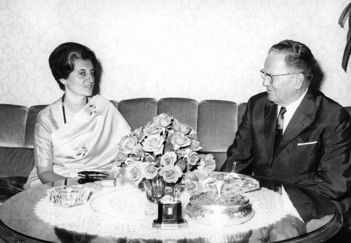 Le president de la Republique de Yougoslavie Josip Broz Tito (1892-1980) lors d'une rencontre avec Indira Gandhi (1917-1984), premier misnistre indien. Annees 1970 ©Collection Zullo/Leemage MONDADORI PORTFOLIO/LEEMAGE