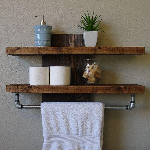 Étagère de salle de bains rustique à la main avec porte-serviettes. Léger décalage pour ce regard unique ou peut être centré. Parfait pour toute maison,