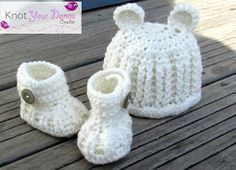 Free crochet pattern for baby hat booties set. Gender neutral so it'll work …