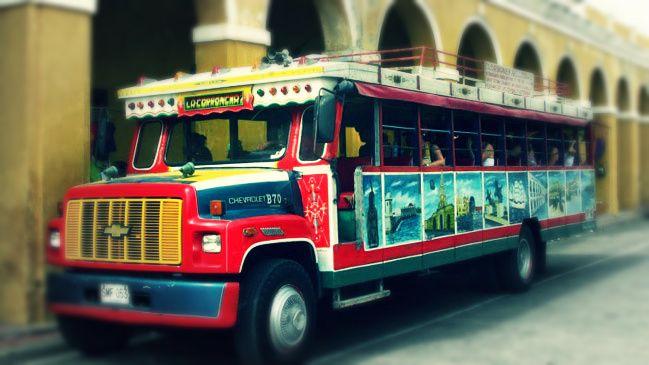 Una de las características chivas que recorren la ciudad colombiana.