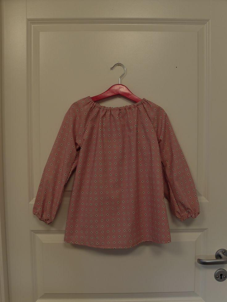 Bluse størrelse 6 år. Stoff kjøpt på stoff og stil (nr: 852005). 100% bomull. Vaskes på 40 grader, stykes på styrke 2, ikke tørketromles. 82,- kroner