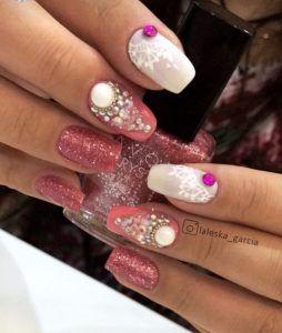 Desenhos feitos com a mão de tinta de tecido e o uso dos strass são feitas verdadeiras obras de arte nas unhas.Veja fotos e materiais de decoração de unhas!