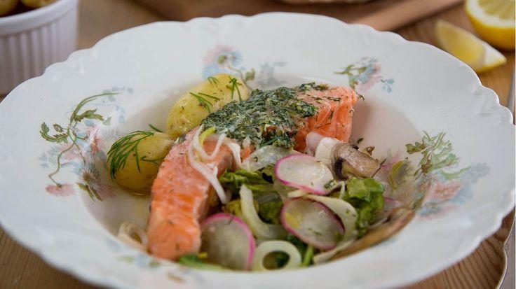 Ikke la deg skremme av skinn og ben på lakseskiver. Skinnet er lekende lett å ta bort etter tilberedning, og bena er store og enkle å få øye på. Bakt i folie med grønnsaker er dette sunn og knallgod middag for hele familien.