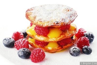 http://lovefood.ro/mille-feuille-cu-fructe-de-padure-si-crema-de-lamaie/