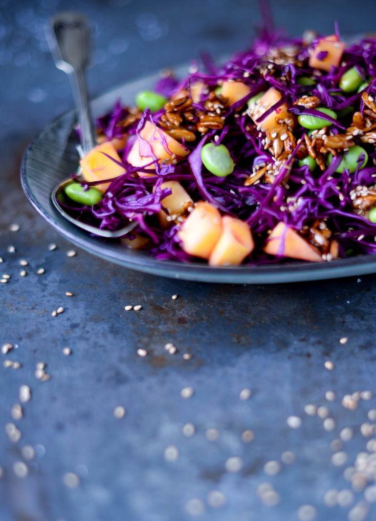 Rødkålssalat med edamamebønner, mango og tamari ristede solsikkekerner