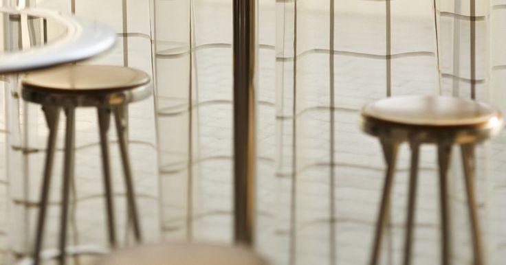La mejor altura de una silla para una mesa de barra. Diferentes alturas de mesa requieren diferentes alturas de asiento de silla. Para sentarse y comer o trabajar cómodamente en una mesa, la altura del asiento de la silla debe ser de aproximadamente 10 a 12 pulgadas (25 a 30 cm) más corta que la altura de la mesa. Si la silla es más alta, la mesa va a estar muy cerca de tus rodillas, y si es ...