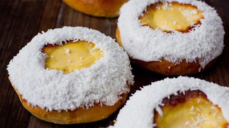 Få ting slår klassiske skolebrød med hjemmelaget vaniljekrem og toppet med melis og kokos.    Tips: Som variasjon kan du toppe bollene med rørte bær eller syltetøy i tillegg til vaniljekremen.