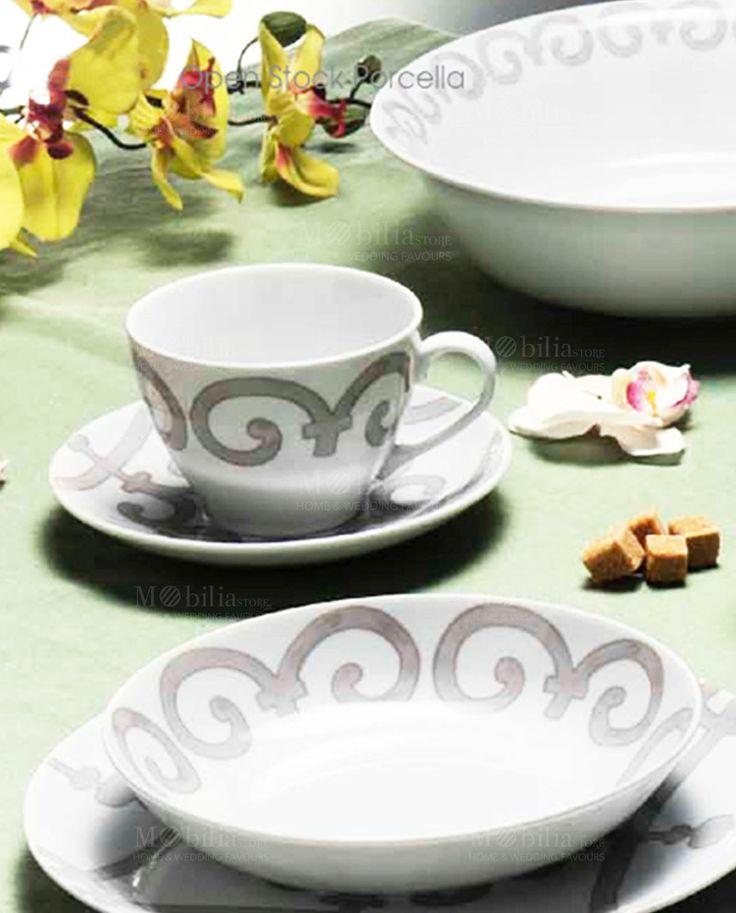 Elegante Set di 2 tazze da colazione capienti e versatili, comprese di piattino, realizzate in porcellana di alta qualità bianca con bellissime decorazioni barocche. Scopri tutta la collezione Barocco su Mobilia Store Capacità: 400ml