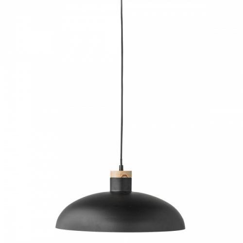 Nydelig taklampe fra Bloomingville med skandinavisk og landlig look. Lampen er laget i svart metall og har en liten trebit som stilig detalj. 2 m plastledningTransparent kabel med bryter og stikkontakt.Diameter: 38 cmHøyde: 18 cmSokkel: E27MAX 40WAnbefalt lyskilde: (Medfølger ikke)