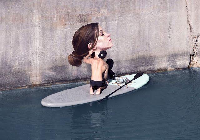 Smarty: El artista Hula pinta sobre su tabla de surf hiperrealistas imágenes de chicas bañandose
