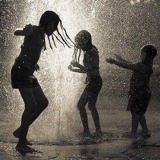 """""""Aproveite esse """"banho de chuva"""", divirta-se com ele e deixe que outras pessoas sintam a sua felicidade em """"se molhar""""."""""""
