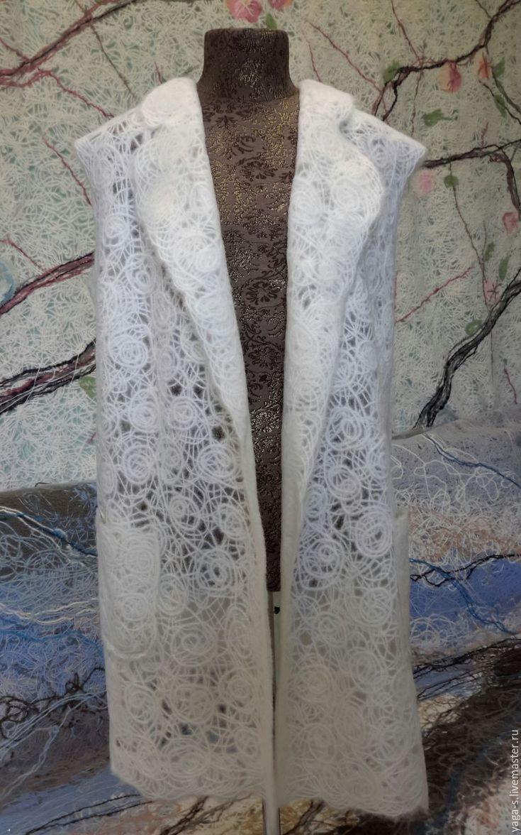 """Яга удлиненный жилет """"Флёрдоранж""""  Невесомый женственный жилет с удобным запахом. Пряжа из которой сделано изделие хорошо сбалансирована по составу, мягкая и не колючая. Вещь отлично выглядит даже после долгого использования, не вытягивается и не скатывается.  Цена: 7600 руб."""