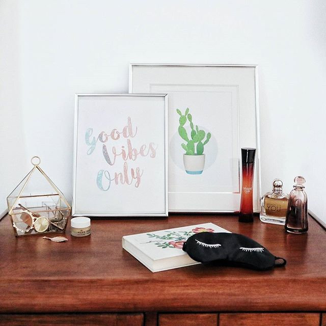 I wish the top of my dresser would actually look that nice all the time 🙌 Those two prints are available on my Etsy Shop ➡️ link in bio . . . . . #printable #etsy #etsyshop #handmade #diy #scrapbooking #etsystore #art #digitalart #