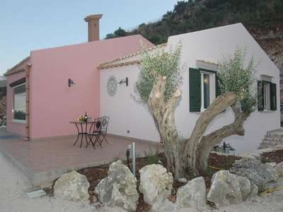 GRAZIOSA - Nice personal villa located only 4 km away from the sea, silently set on a hill right outside the small town of Castellammare del Golfo, on the west coast of Sicily. This property is well located and offers impressive vies over Castellamare gulf and the surrounding landscape.