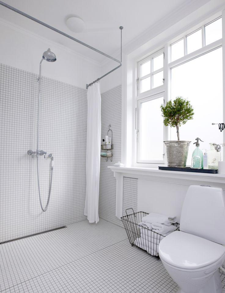 Hyggeligt nordisk badeværelse med Unidrain ClassicLine Column i gulvet
