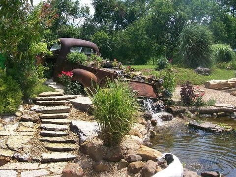 How awesome is this pond? I think using this old truck is genius. It would be cool if you had like your Dad's old truck & could use it like this. I wish I could, then I would always think of my Dad when enjoying my pond/garden ~*~Julie