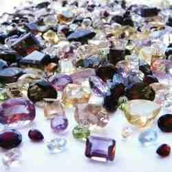"""ZIRCON(DESPUES)-- Es una gema hermosa, con propiedas opticas y colores notables. Lamentablemente de mala fama ya que por su parecido al diamante o el producto sintetico """"Zircon Cubico"""", se ha difundido de que zircon es sinonimo de imitacion.Las alteraciones permiten la entrada de agua en el cristal y disminuyen la densidad.No aguanta la limpieza en baños de ultrasonido y puede cambiar de color si es sometido a calor."""