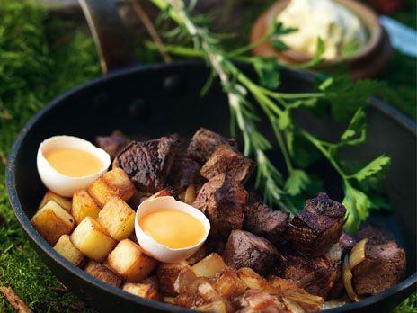 Här lyfter vi in viltköttet i de svenska traditionella paradrätterna. Om det är hjort, älg eller rådjur spelar ingen roll, det är lika gott. Låt pannan trona mitt på bordet så att alla kan lyssna till det härliga fräsande ljudet från stekningen…