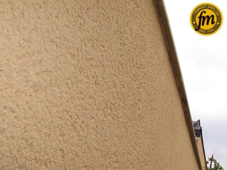 A gauche enduit brut et à droite finition gratté de lu0027enduit - Enduire Un Mur Exterieur En Parpaing