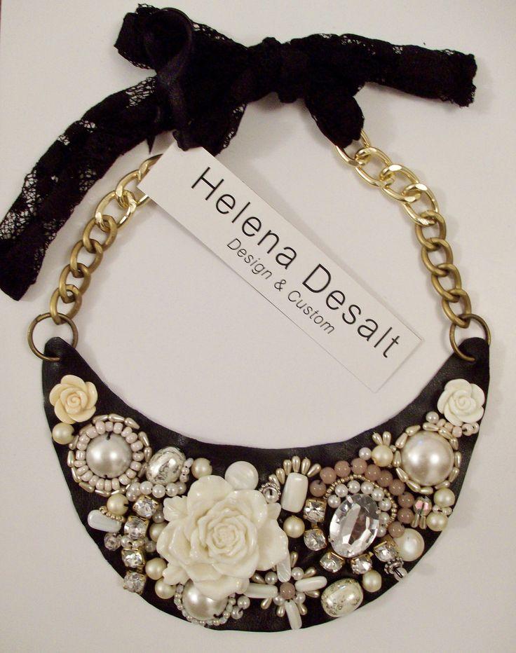 collar bordado a mano con perlas y pedrería sobre base de cuero.