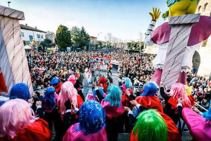 Record, in 75.000 per la seconda domenica del Carnevale, Sole primaverile, allegria, famiglie mascherate, un getto dolcissimo e un po' di magia. I presupposti per una domenica da record c'erano tutti e il Carneva