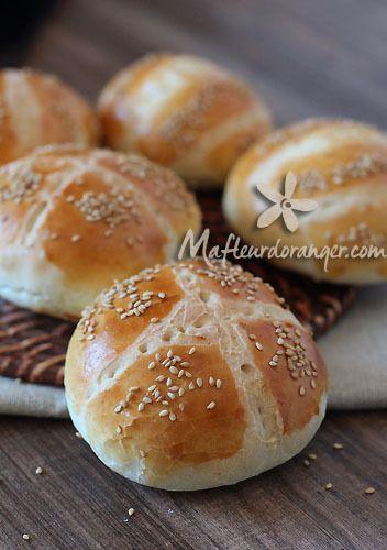 Des pains pour sandwich ou hamburger moelleux à souhait, leger et trop bon ! Préparés avec des ingrédients simples, sans lait à la différence de la recette classique des pains pour hamburger que j'ai déjà eu l'occasion de publier ici .Ingrédients : 500...
