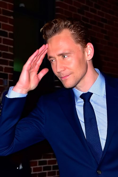 Tom Hiddleston leaving the 'Late Show with Stephen Colbert' in NYC on October 16, 2015. Full size image: http://ww4.sinaimg.cn/large/6e14d388gw1exn0nmfchgj22bc1k71ky.jpg Source: Torrilla, Weibo